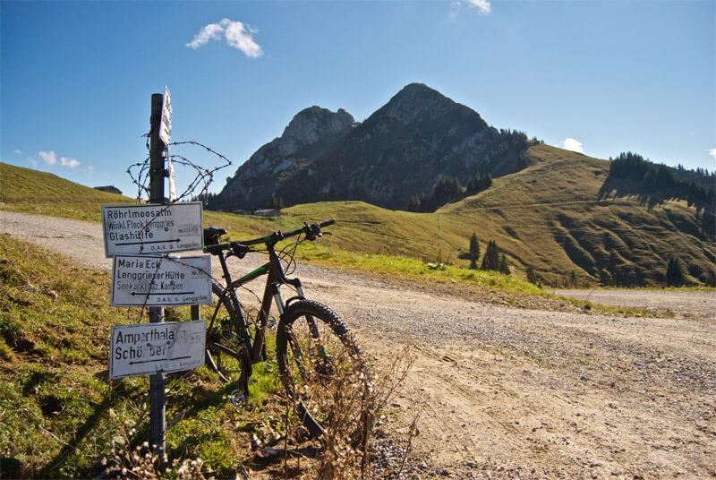 Das Mountainbike vor der Tegernseer Hütte