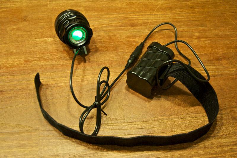 Angeschlossene Helmlampe mit Akku