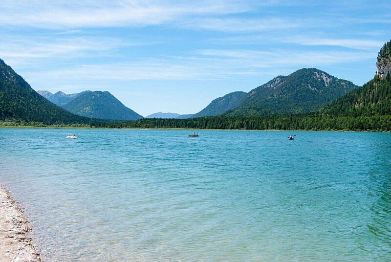 Der Sylvensteinsee mit Blick nach Westen