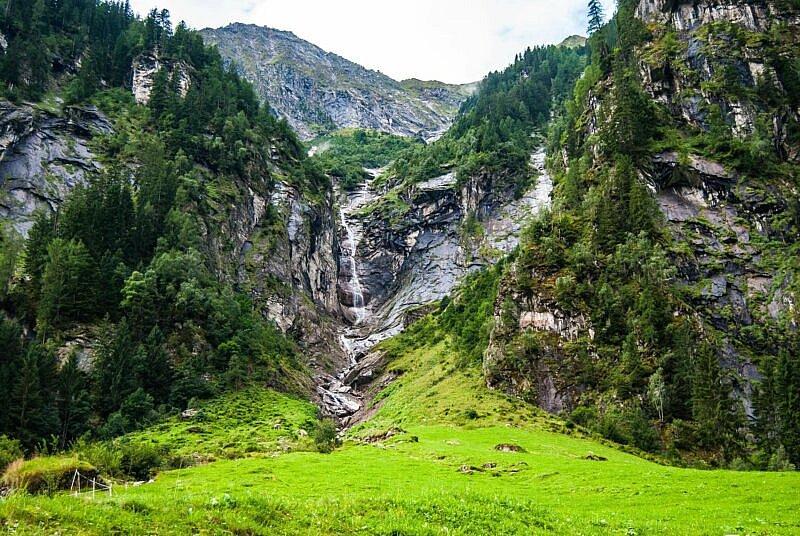 Einer der zahlreichen Wasserfälle im Stilluptal