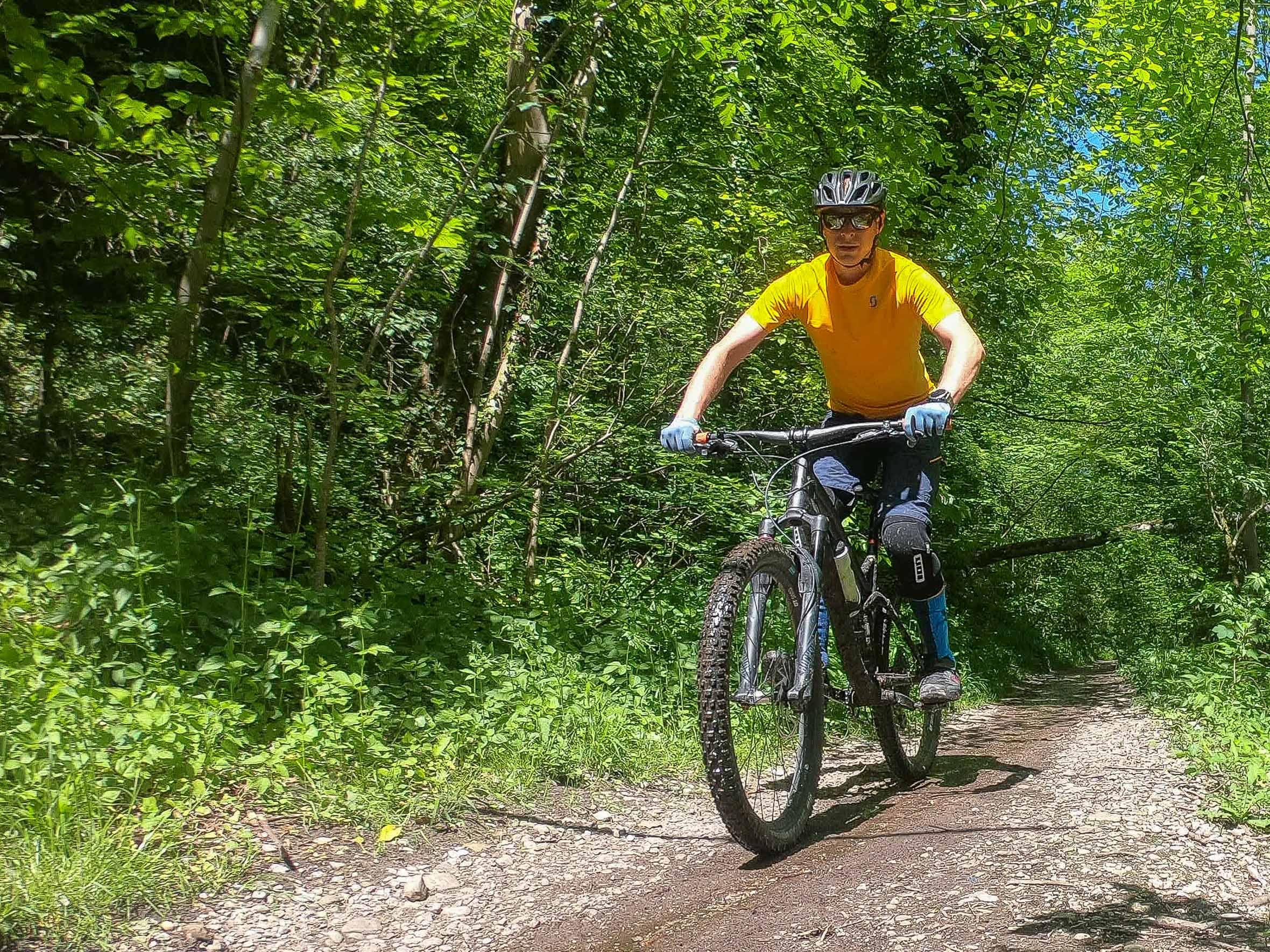 MTB Schienbeinschoner auf dem Trail